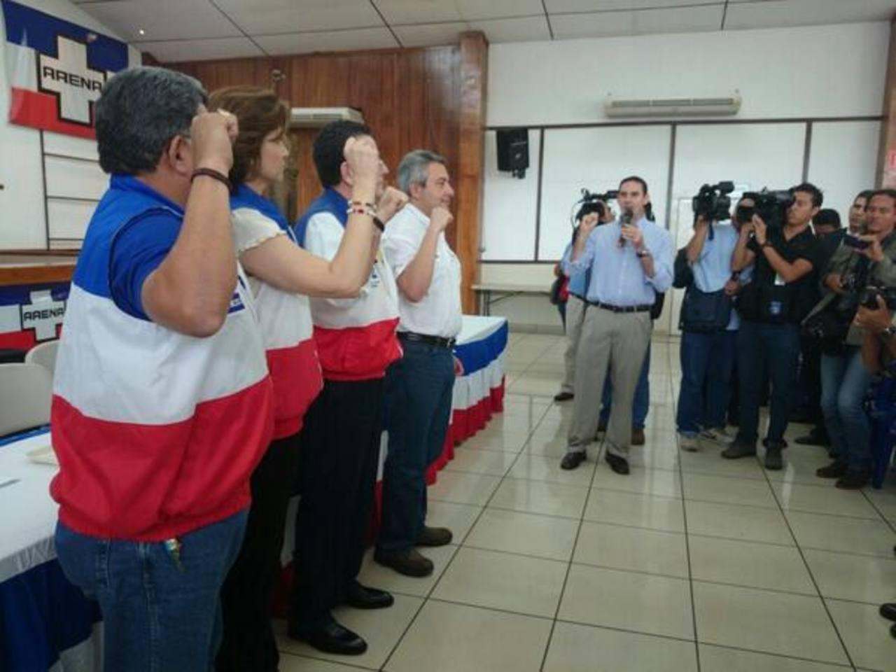 La toma de protesta estuvo a cargo del vicepresidente de Ideología del Coena, Ernesto Muyshondt.