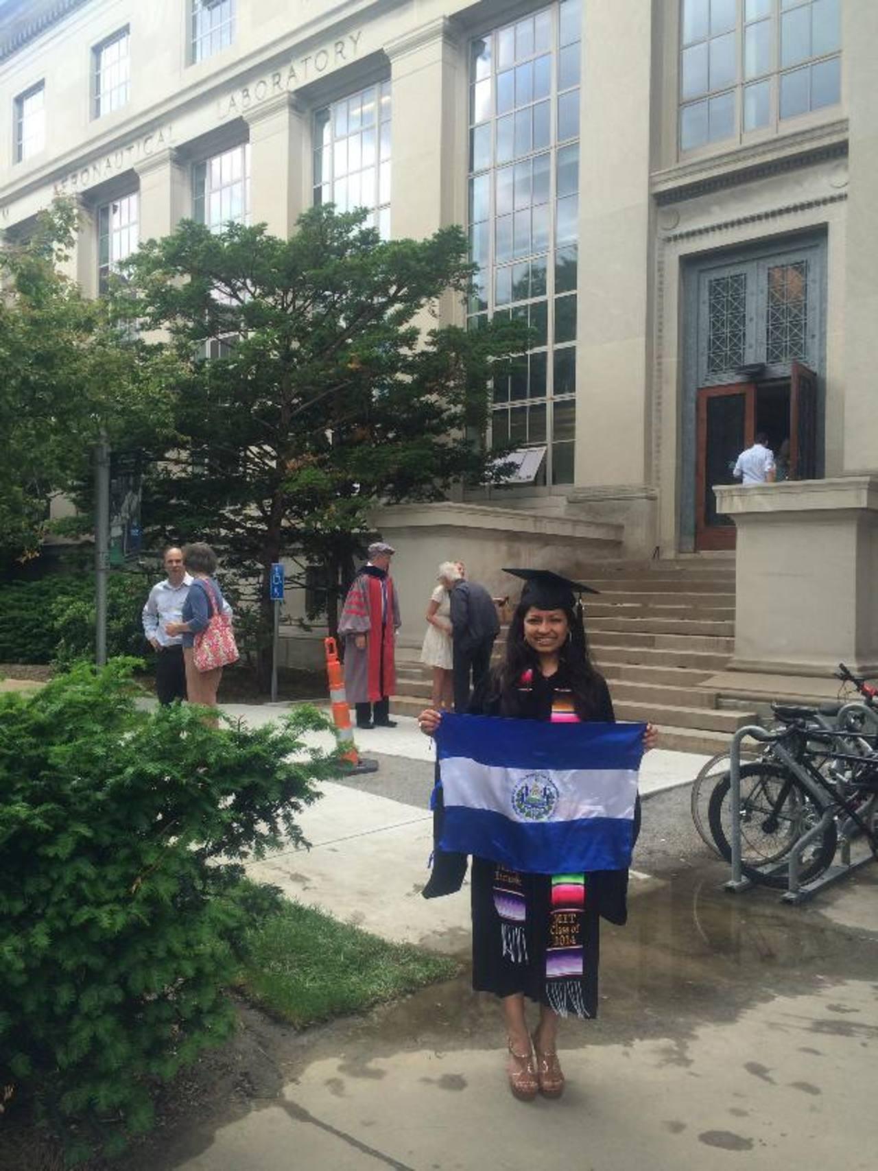 La joven salvadoreña dijo que es un orgullo poder representar a El Salvador, por lo que decidió portar la bandera de nuestro país durante la ceremonia de graduación. Foto EDH / CORTESÍA