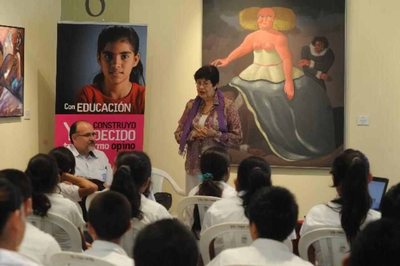 La artista habló sobre su experiencia como pintora y sobre cómo realiza sus obras. Foto EDH / Miguel Villalta