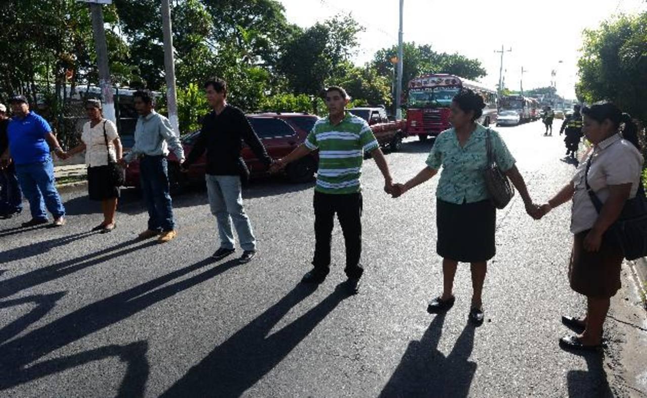 Armando López Ramírez (camisa verde con blanco) habría aprovechado a personas que llegaron a averiguar sobre un proyecto de agua para obstaculizar el tráfico. Tras la protesta el paso de vehículos fue restablecido por agentes de tránsito de la PNC. F