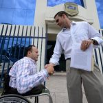 Ernesto Muyshondt fue acompañado ayer a la Fiscalía por el diputado David Reyes y ot ras personas. foto edh / H. Rosales