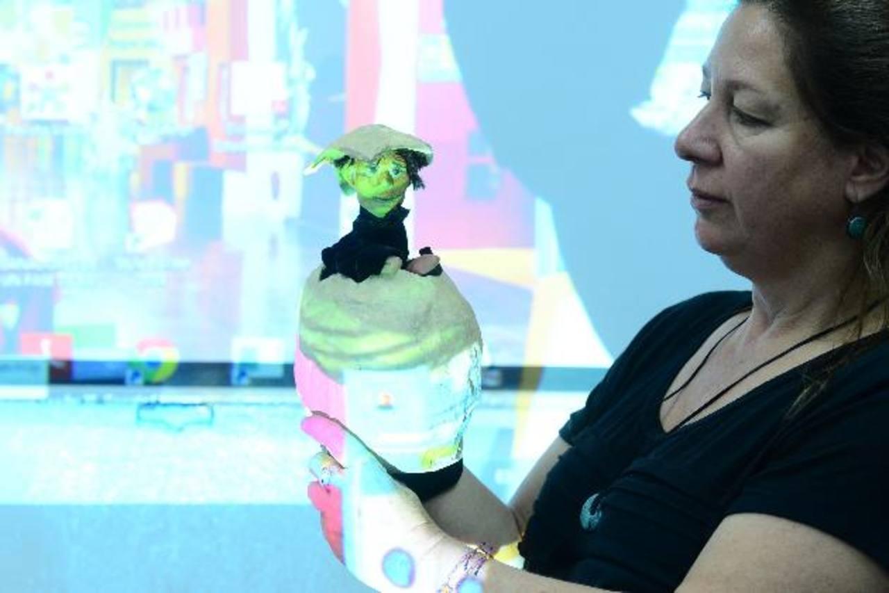 La artista israelí utiliza los títeres como una herramienta para el aprendizaje. Foto EDH / Omar carbonero
