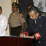 El director de la PNC, Mauricio Ramírez Landaverde, al momento de firmar en Casa Presidencial.