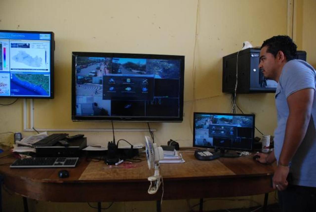 El centro de monitoreo está compuesto por seis cámaras ubicadas en el parque central de la ciudad de Usulután. foto edh / Lucinda Quintanilla