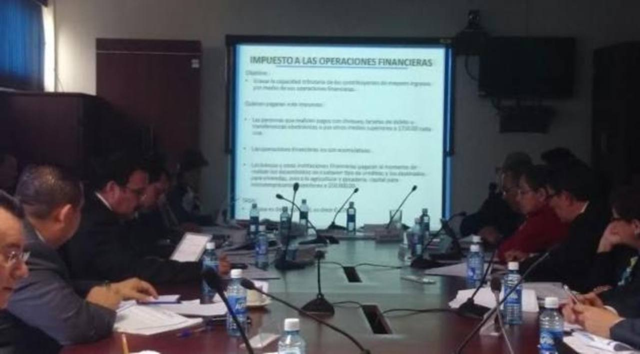 El ministro de Hacienda, Carlos Cáceres, expuso la propuesta de reformas fiscales a los diputados de la comisión de Hacienda de la Asamblea Legislativa.