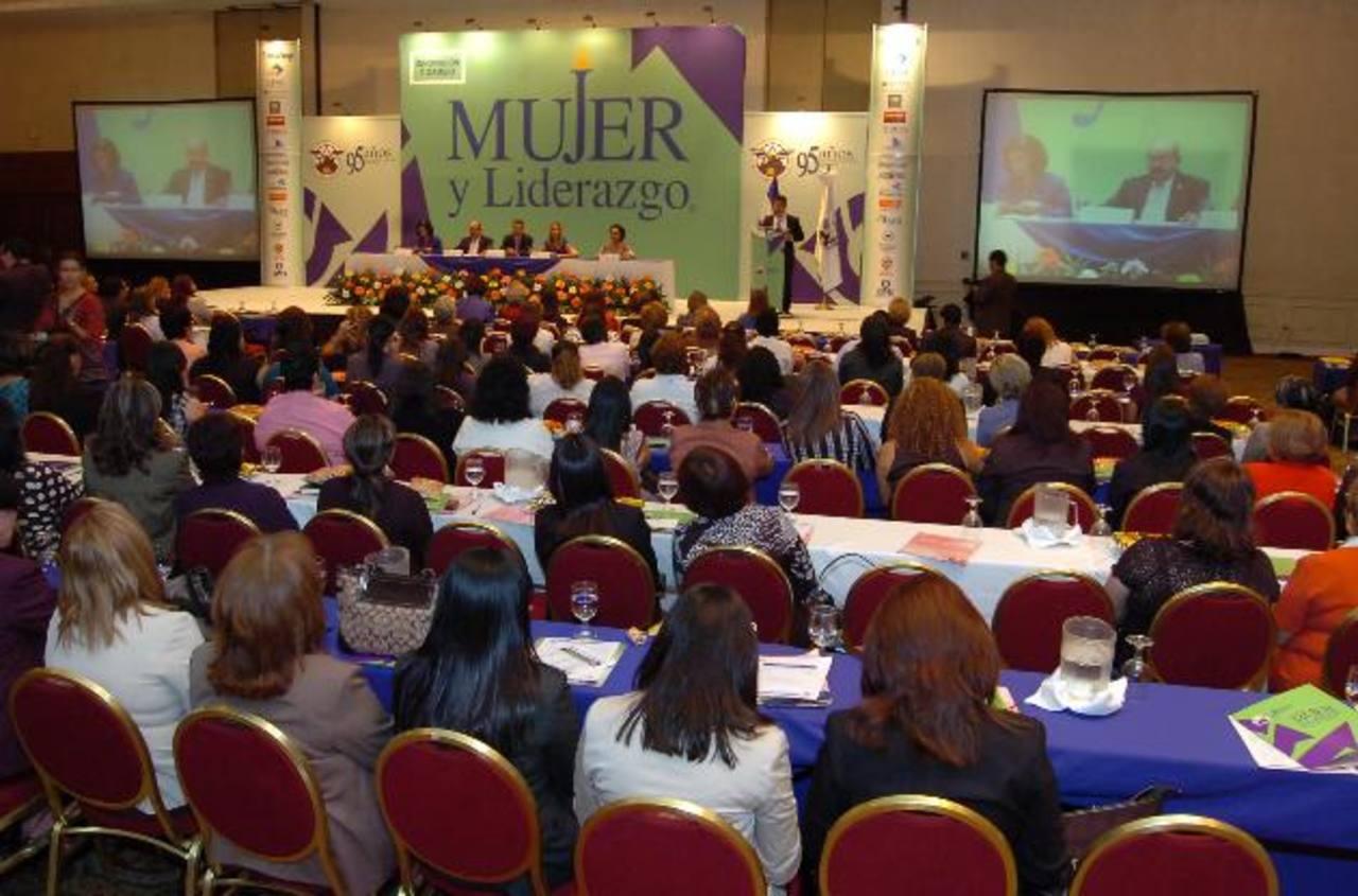 El congreso Mujer y Liderazgo se ha vuelto un foro de aporte para la formación de emprendedoras.