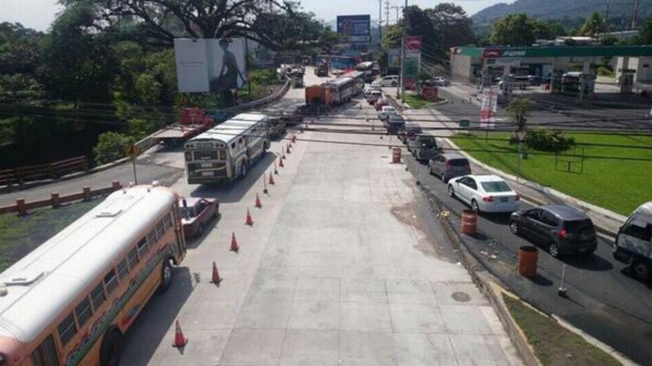 El tráfico vehicular se tornó complicado en las cercanías del paso a desnivel de Santa Elena.