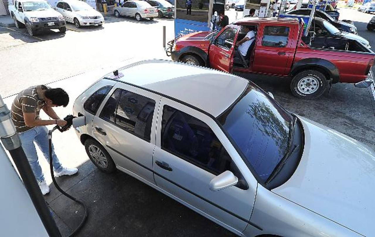 En el país los combustibles suben entre cinco y siete centavos de dólar, y cuando bajan lo hacen mínimamente. foto EDH/ archivo