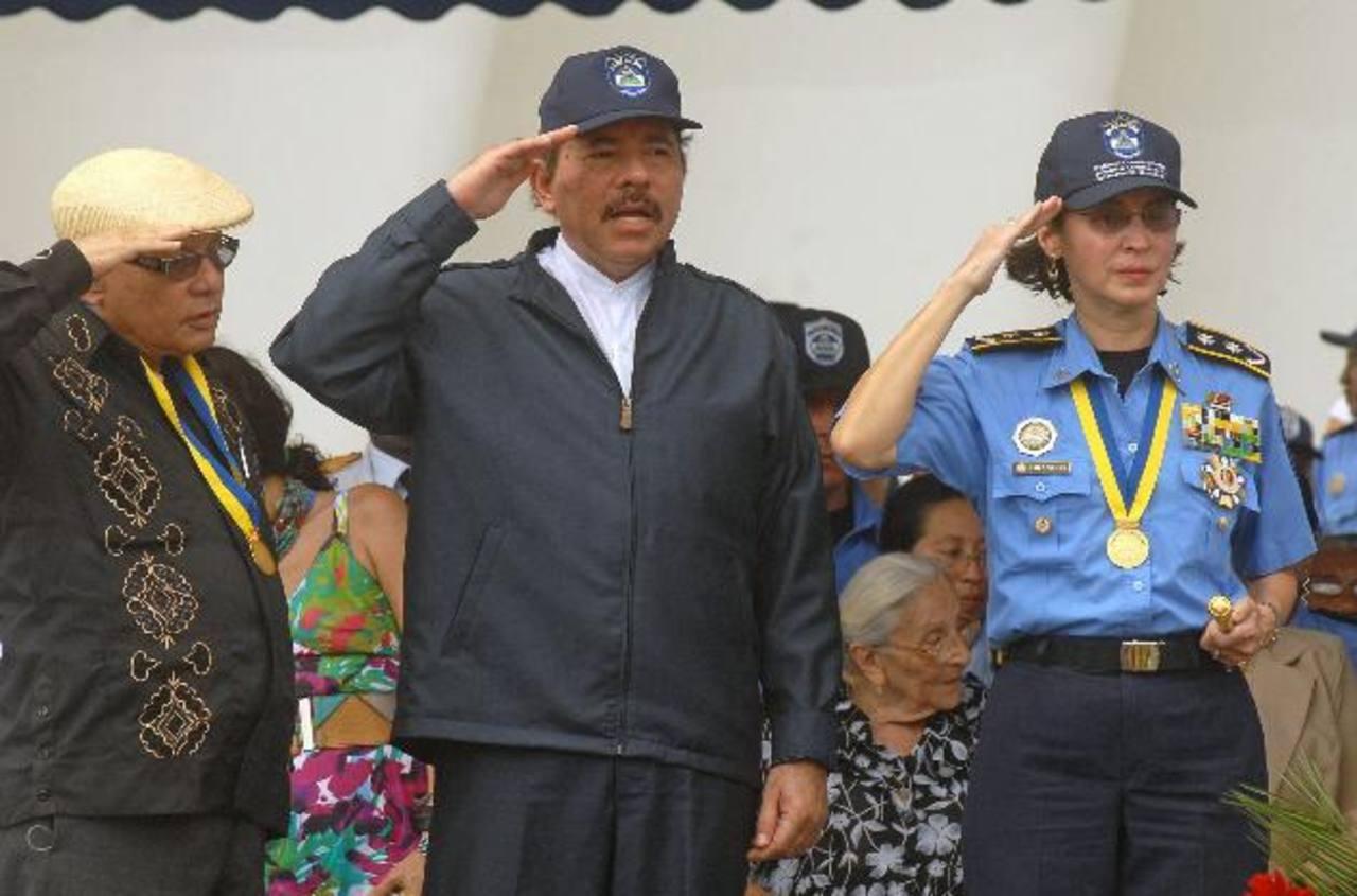 El presidente de Nicaragua, Daniel Ortega (izq.) junto a la directora de la Policía Nacional, Aminta Granera, durante una revista a las tropas. foto edh / archivo