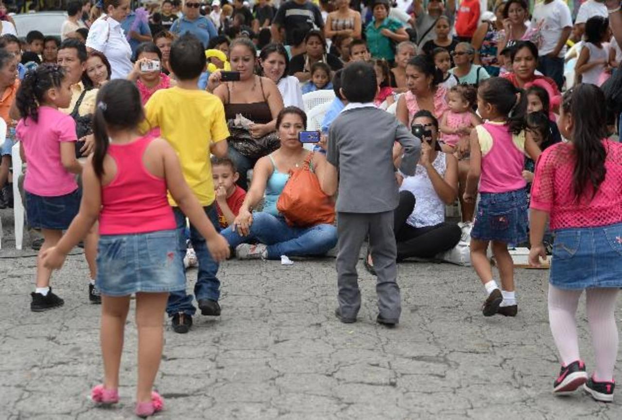 Payasos, mimos, juegos, ludotecas y piñatas fueron el ingrediente principal de la feria infantil. Foto EDH / Marlon Hernández
