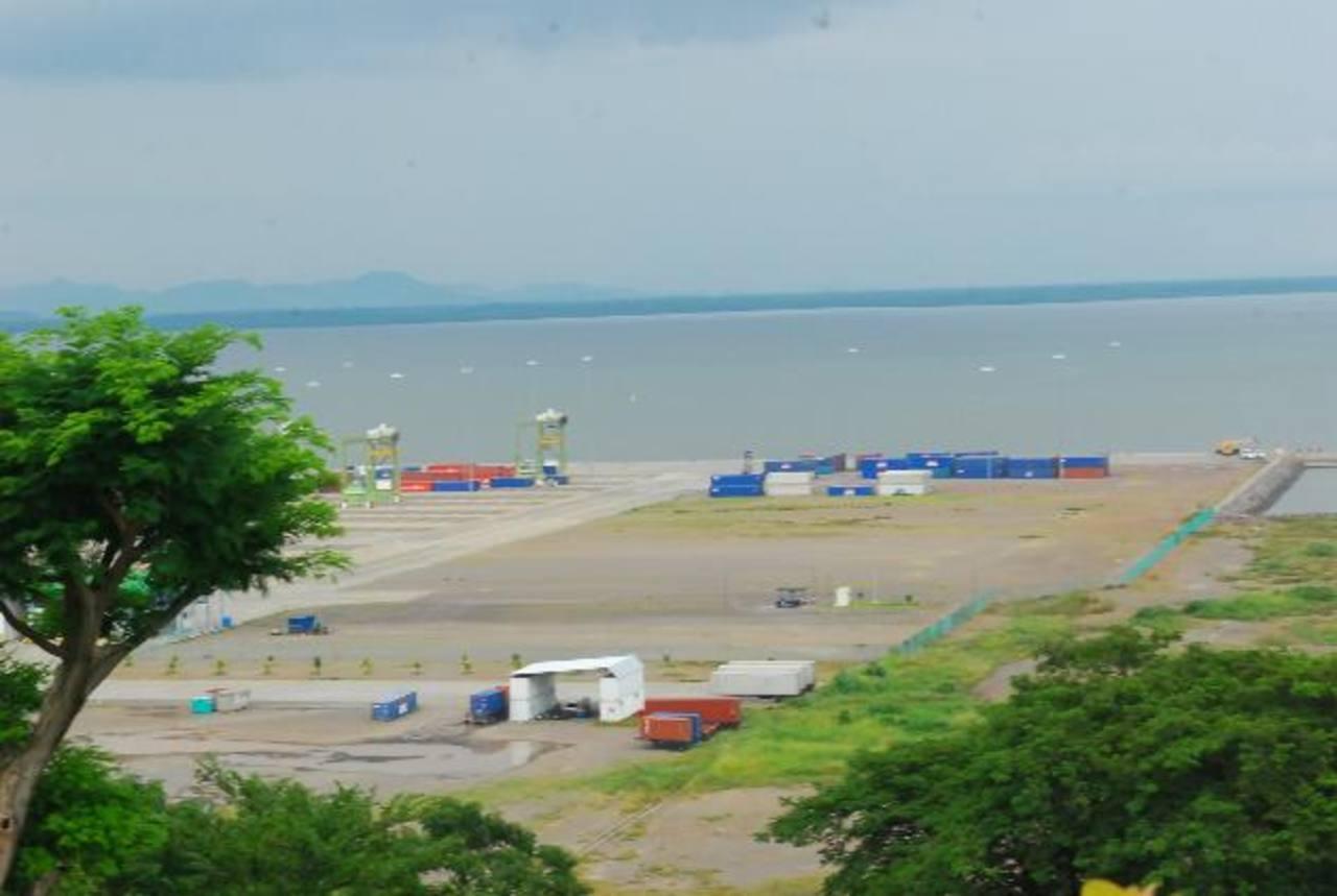 El Gobierno dará en concesión una parte del Puerto, que sigue subutilizado por la falta de inversión. Foto EDH / efe