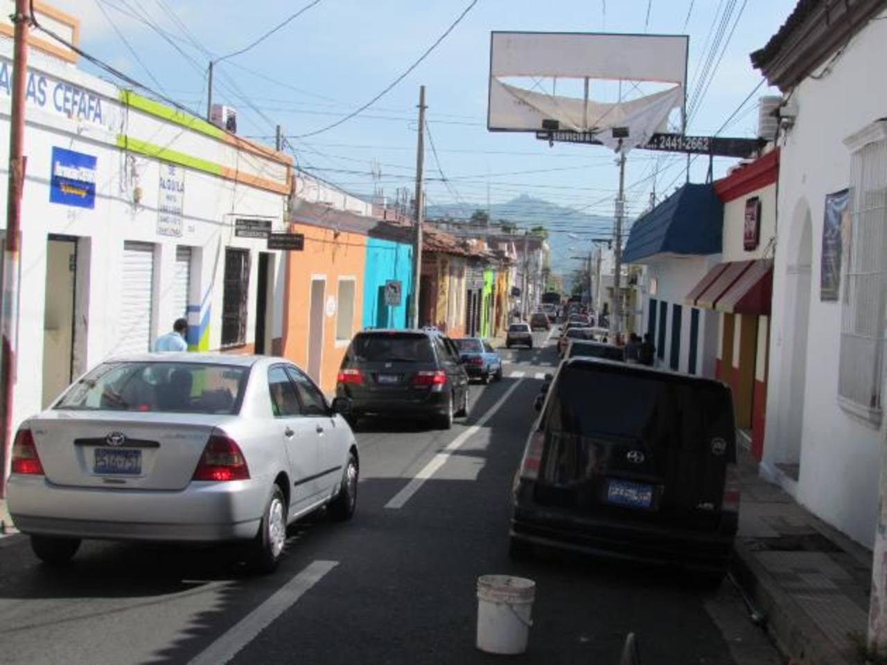 En la Avenida Independencia aún falta retirar tres rótulos grandes. Foto EDH / Mauricio GuevaraAsí lucía la Avenida Independencia antes de la aplicación de la ordenanza que busca eliminar la contaminación visual.