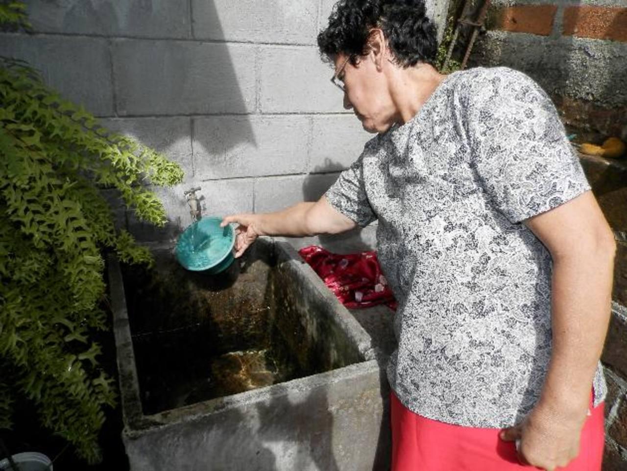 Los afectados deben de economizar la poca agua que logran recolectar para sus necesidades. Foto EDH / ARCHIVO