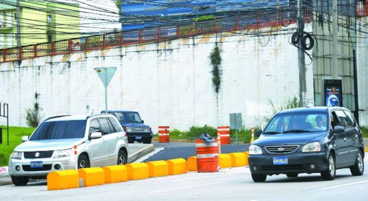 Los conductores se quejan por los megaseparadores colocados a la salida del bulevar Santa Elena. La zona es un punto de tráfico lento. fotoS edh / MIGUEL VILLALTA