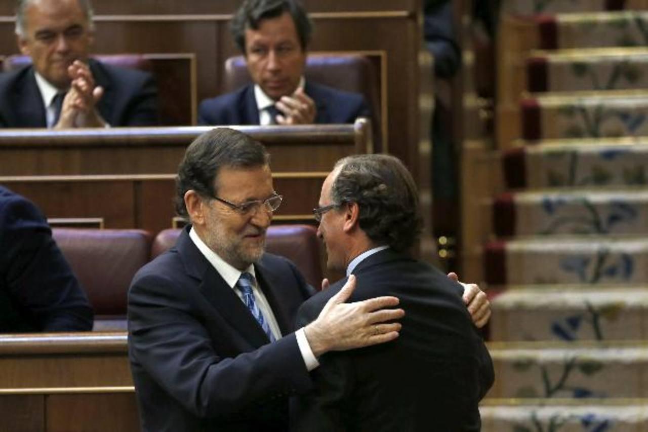 El presidente español, Mariano Rajoy (i), saluda al portavoz del PP en el Congreso, Alfonso Alonso, tras la votación. edh / EFE