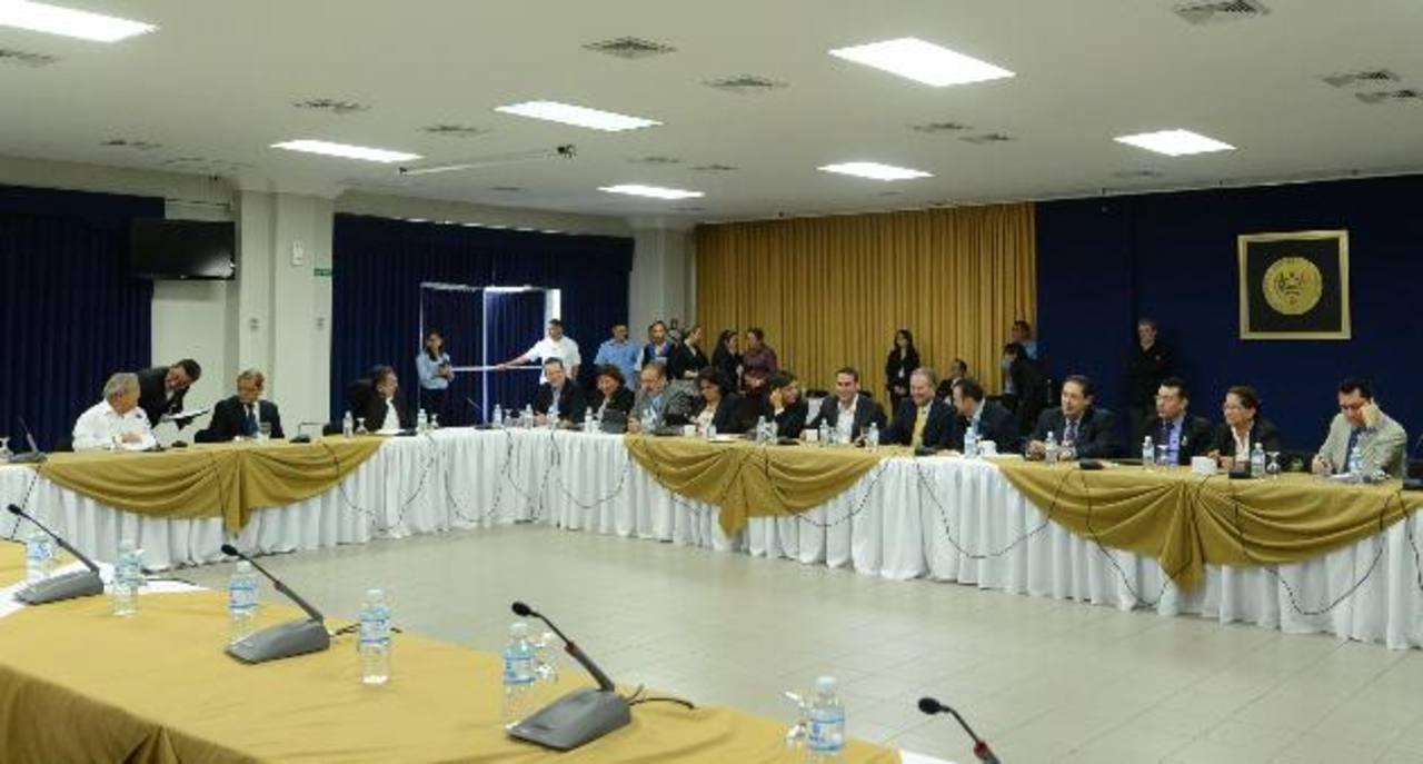 El Gobierno ha creado una mesa técnica para evaluar cambios a impuestos. foto edh / archivo