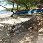 Muchos visitantes lamentan que la primer impresión que reciben al llegar a la isla Zacatillo, es de suciedad.