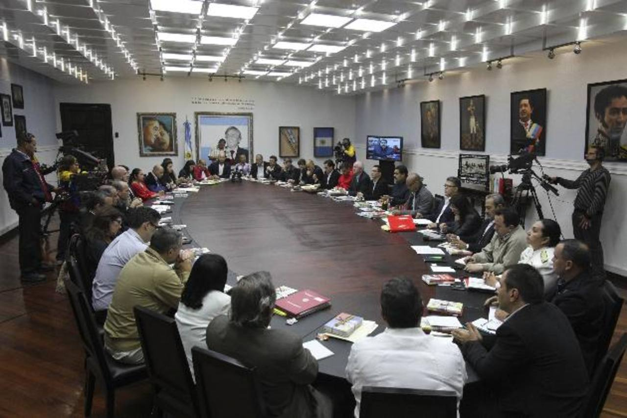 El presidente de Venezuela, Nicolás Maduro (derecha), durante el consejo de ministros la noche del miércoles en el Palacio de Miraflores, en Caracas. foto edh / Reuters