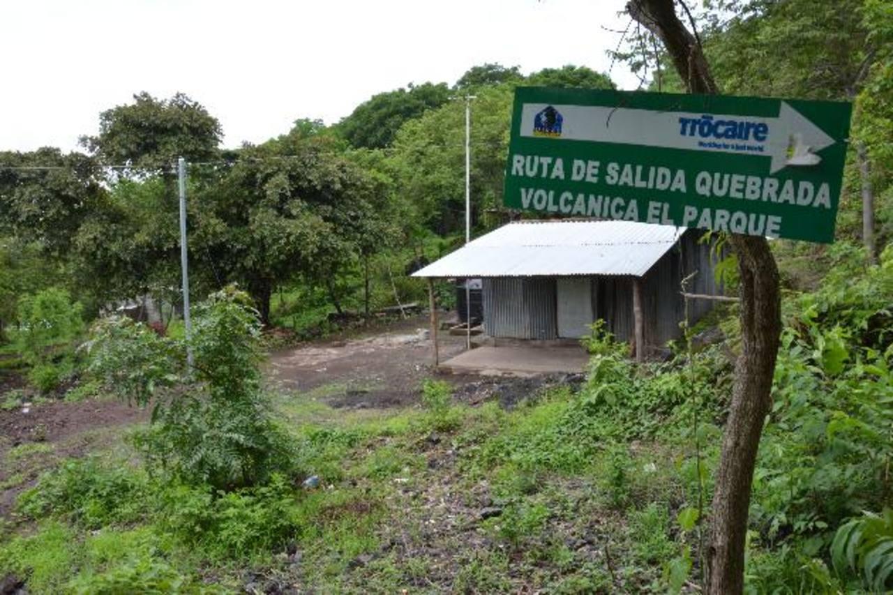La formación de charcos con ceniza era una evidencia ayer, de las consecuencias de la lluvia en el momento que el volcán lanzó ceniza en la madrugada. Vecinos temen daños severos en los cultivos. foto edh / Carlos Segovia