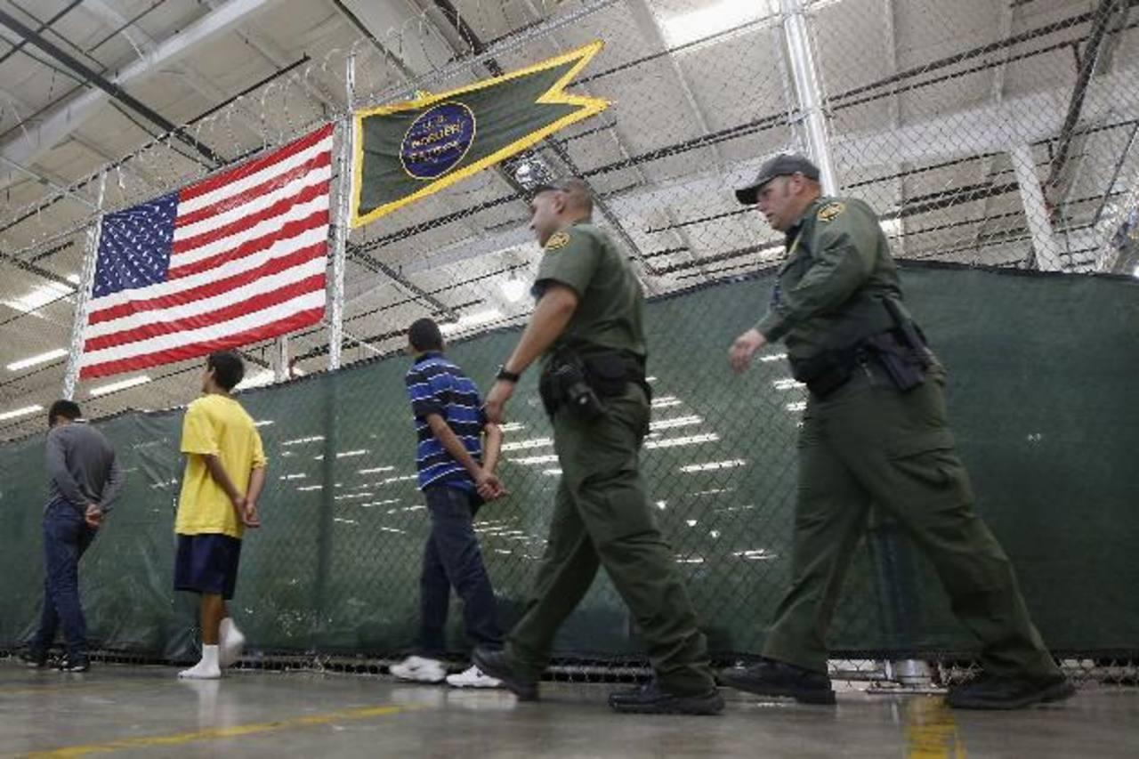 Jóvenes son trasladados en el centro de Protección de Nogales mientras sus casos son procesados. Cientos de niños inmigrantes son, en su mayoría, centroamericanos.