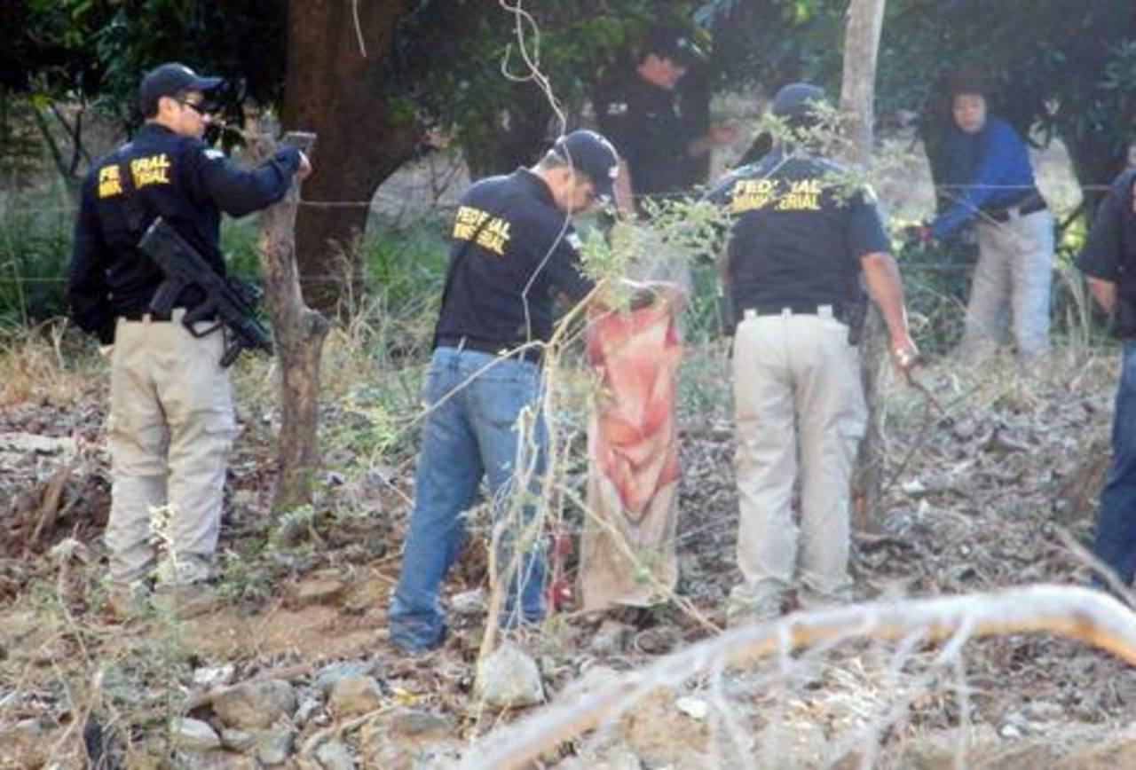 Las exhumaciones continuaban ayer a cargo de autoridades militares y policiales. foto edh / imagen de milenio.com