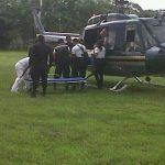 El agente herido fue llevado en un helicóptero a un hospital.