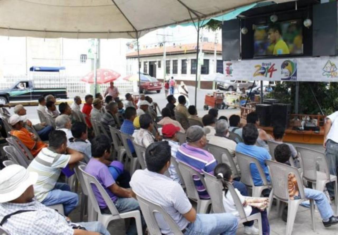Decenas de personas observaron de cerca cada una de las incidencias del partido. foto edh / cortesía