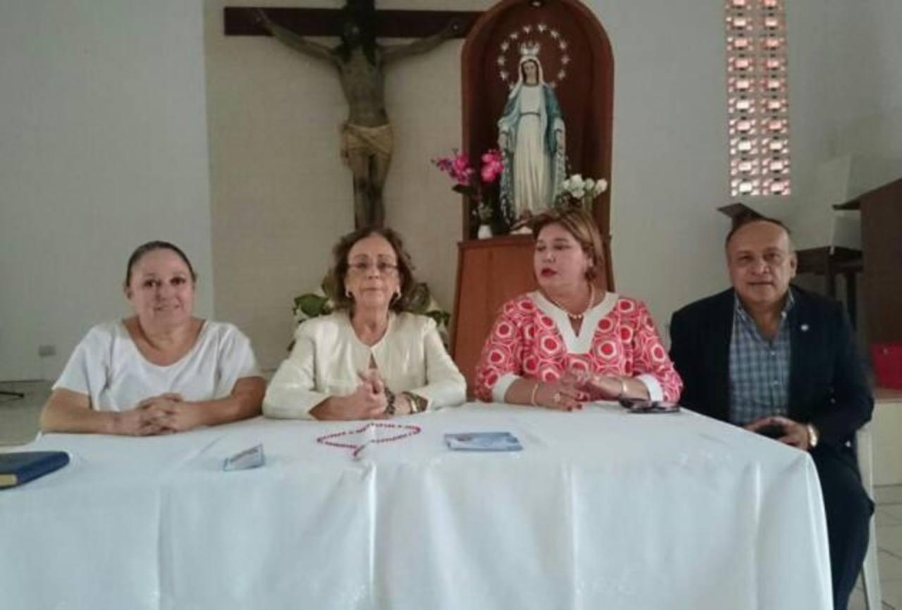 Marta Silvia Palomo, Gioconda de Handal, Eugenia de Escobar y Jacinto Castellanos, miembros del Comité de Oración.