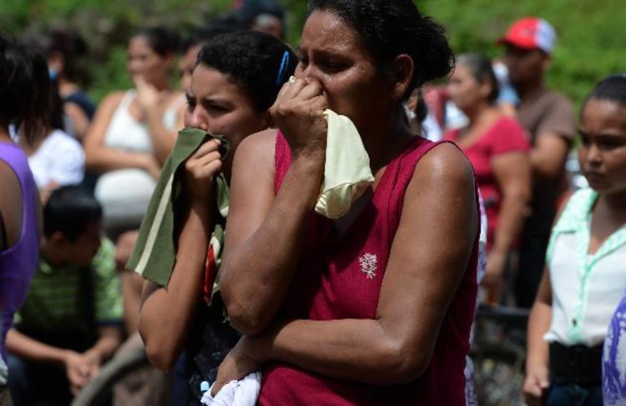 Parientes de las víctimas llegan a las escenas de los asesinatos y piden que se investiguen los homicidios. Muchos de ellos quedan en la impunidad. Foto EDH / Jaime Anaya.