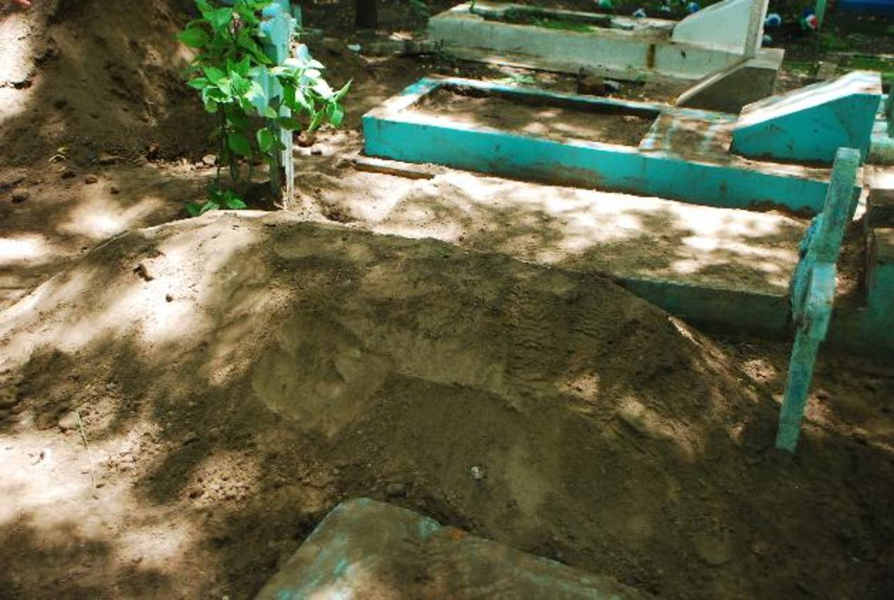 Tumba en la que sepultaron a Mélida Antonia Amaya, de 30 años, y su bebé de seis meses de edad, en el cementerio de San Miguel. Fotos EDH / JENNY VENTURA.