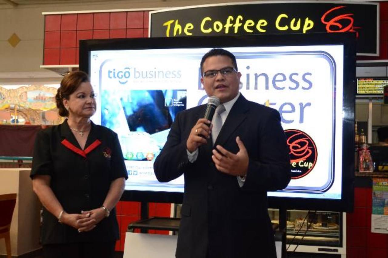 Leyla Quirós, de The Coffe Cup y Guillermo González, de Tigo en la presentación. Foto EDH/ d. Rezzio