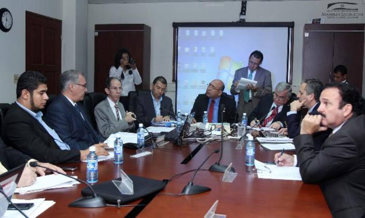 El Superintendente de Competencia, Francisco Díaz (izquierda) en Asamblea. foto edh / cortesía