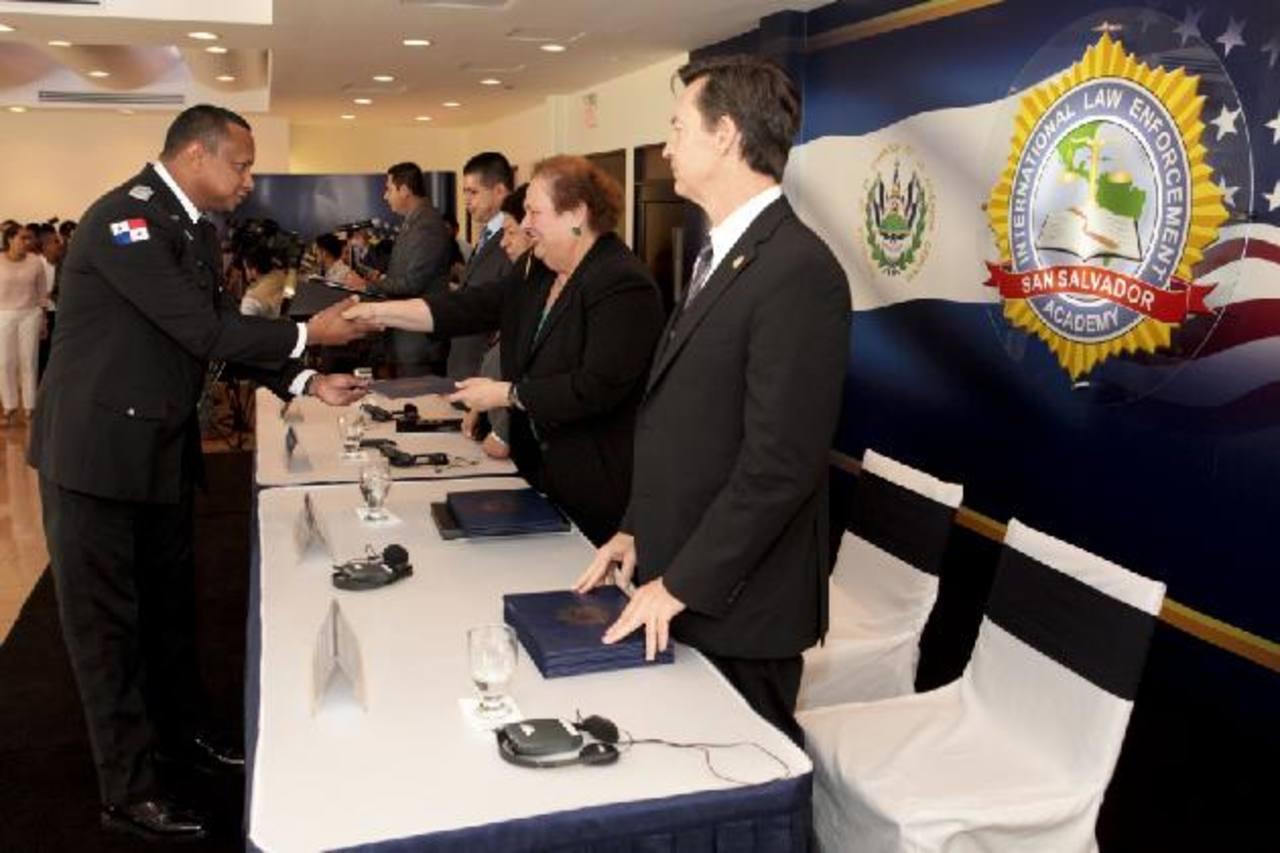 """La Embajadora de los EE. UU. Mari Carmen Aponte (segunda de la derecha) clausuró la 6a. edición del """"Programa de Desarrollo de Liderazgo"""", en la ILEA. foto edh / cortesía de embajada ee. uu."""