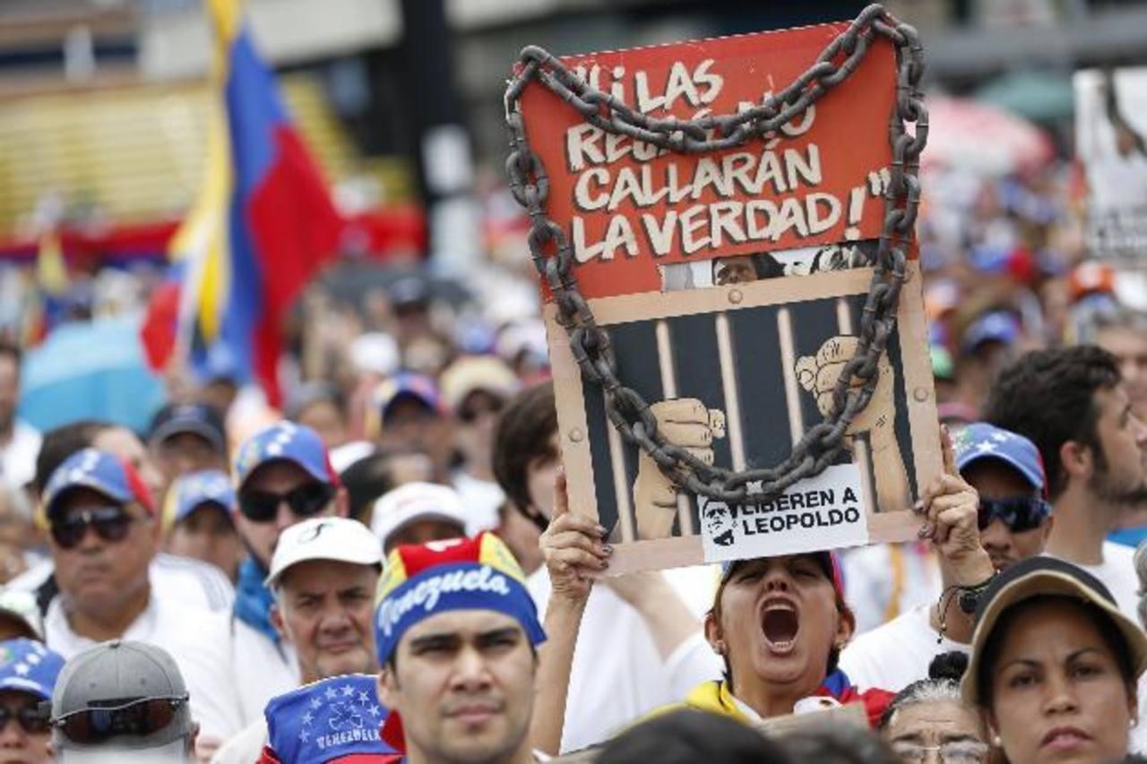 """Al grito de """"calle, calle, sin retorno"""", los manifestantes expresaron su rechazo al enjuiciamiento del dirigente de Voluntad Popular. Foto edh / efe"""