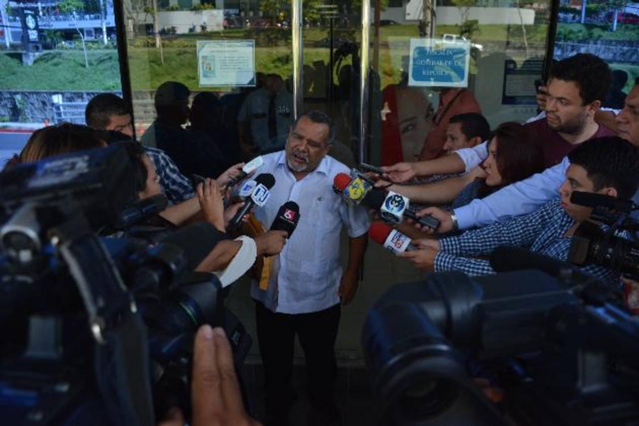 Raúl Mijango ofrece declaraciones a los periodistas antes de ingresar a declarar en la Fiscalía. Foto EDH / Mario Amaya.