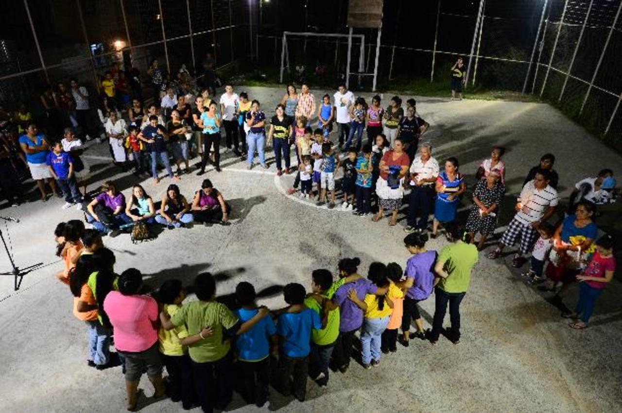 Familiares y amigos de las víctimas, realizaron ayer un emotivo homenaje en la zona donde ocurrió el ataque que conmocionó al país. Foto EDH / René Quintanilla