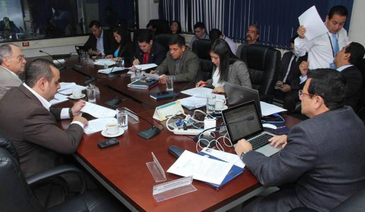 La comisión de Seguridad de la Asamblea sesionó ayer y dieron marcha atrás en las enmiendas. Foto EDH / Cortesía
