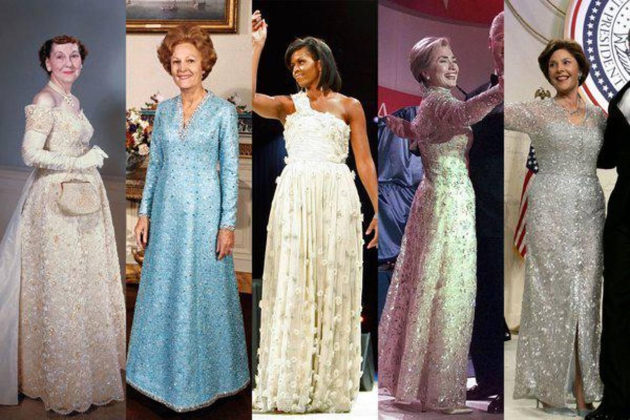 La primera dama de EE. UU., Michelle Obama, junto al vestido que usó para un baile de gala en 2009. Luego fue donado a un museo.
