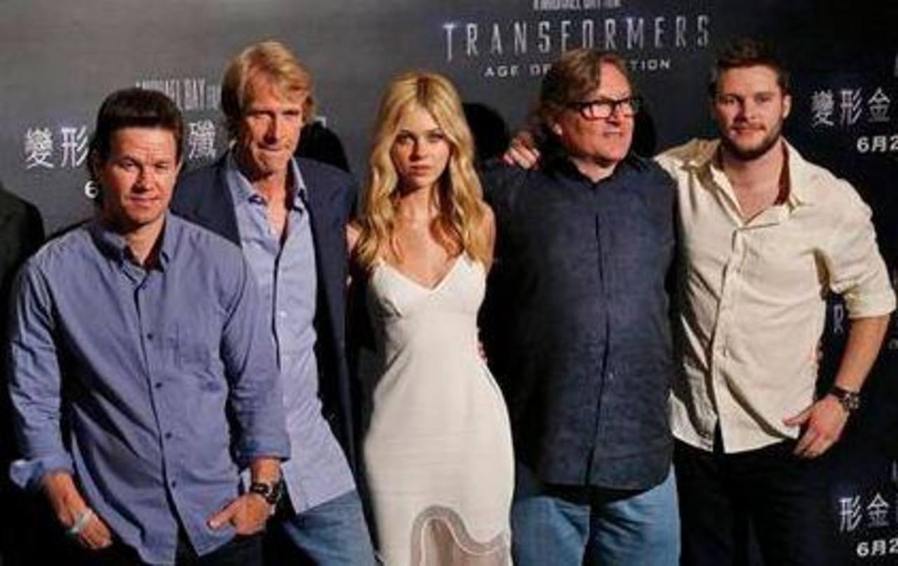 De izquierda a derecha el actor Mark Wahlberg, el director Michael Bay, la actriz Nicola Peltz, el productor Lorenzo di Bonaventura y el actor Jack Reynor.