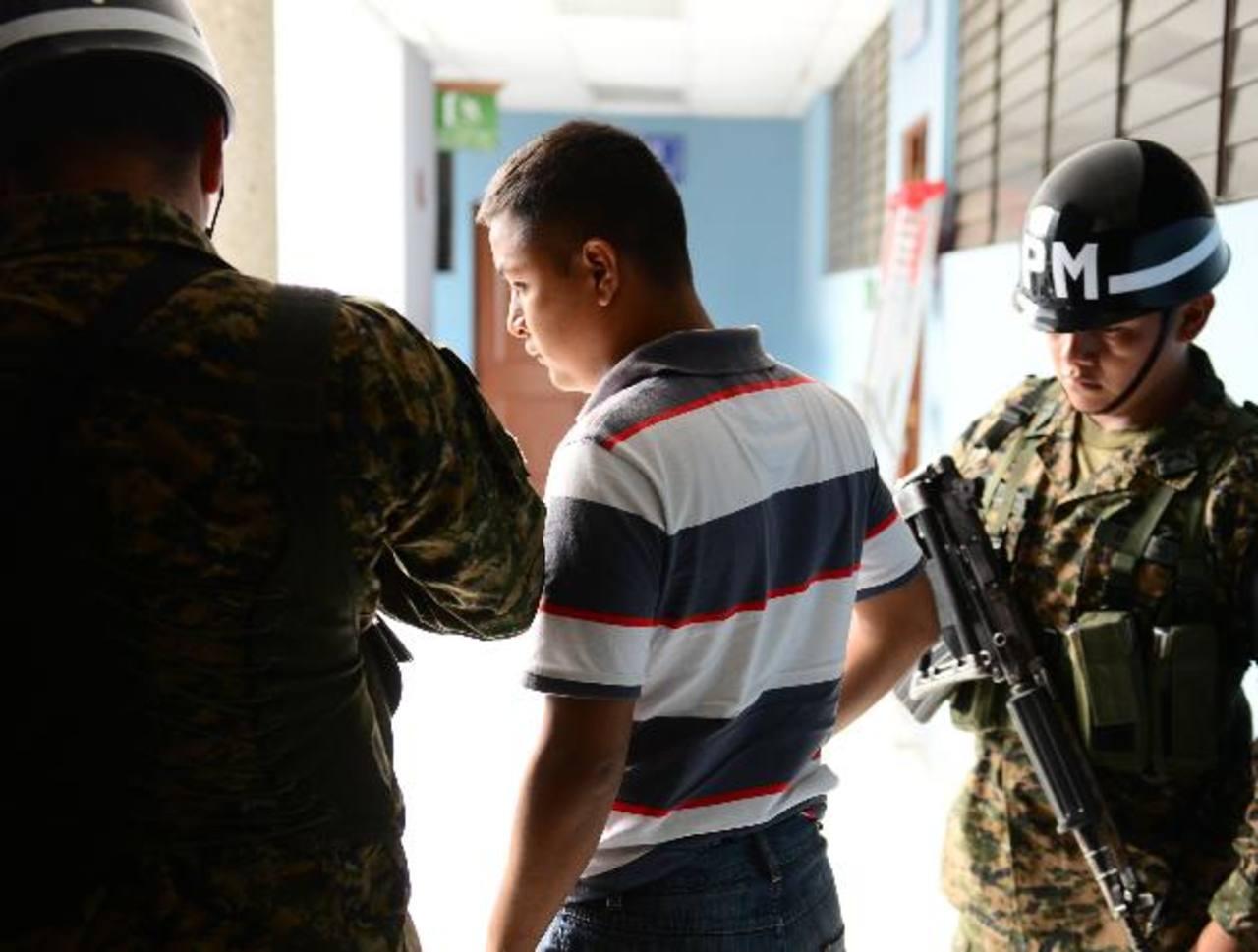 El cabo Mario de Jesús Ángel Palacios ingresa al Juzgado Décimo Quinto de Paz, donde enfrentó la audiencia porque supuestamente le vendía uniformes militares a la mara 18. Foto EDH /César Avilés.