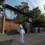 Una enfermera permanece en la entrada del hospital General y de Psiquiatría en Soyapango.