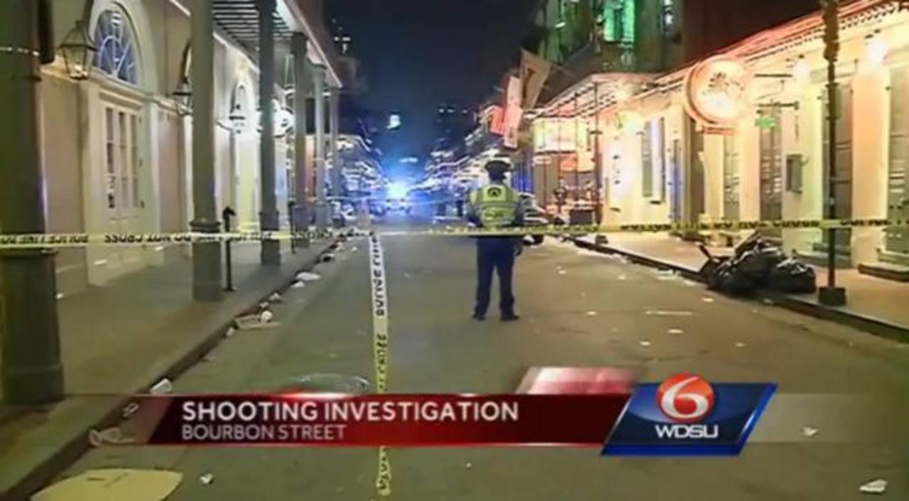 Agentes vigilan tras el tiroteo en la calle Bourbon, de la ciudad de Nueva Orleans. foto edh / tomada de www.nydailynews.com/
