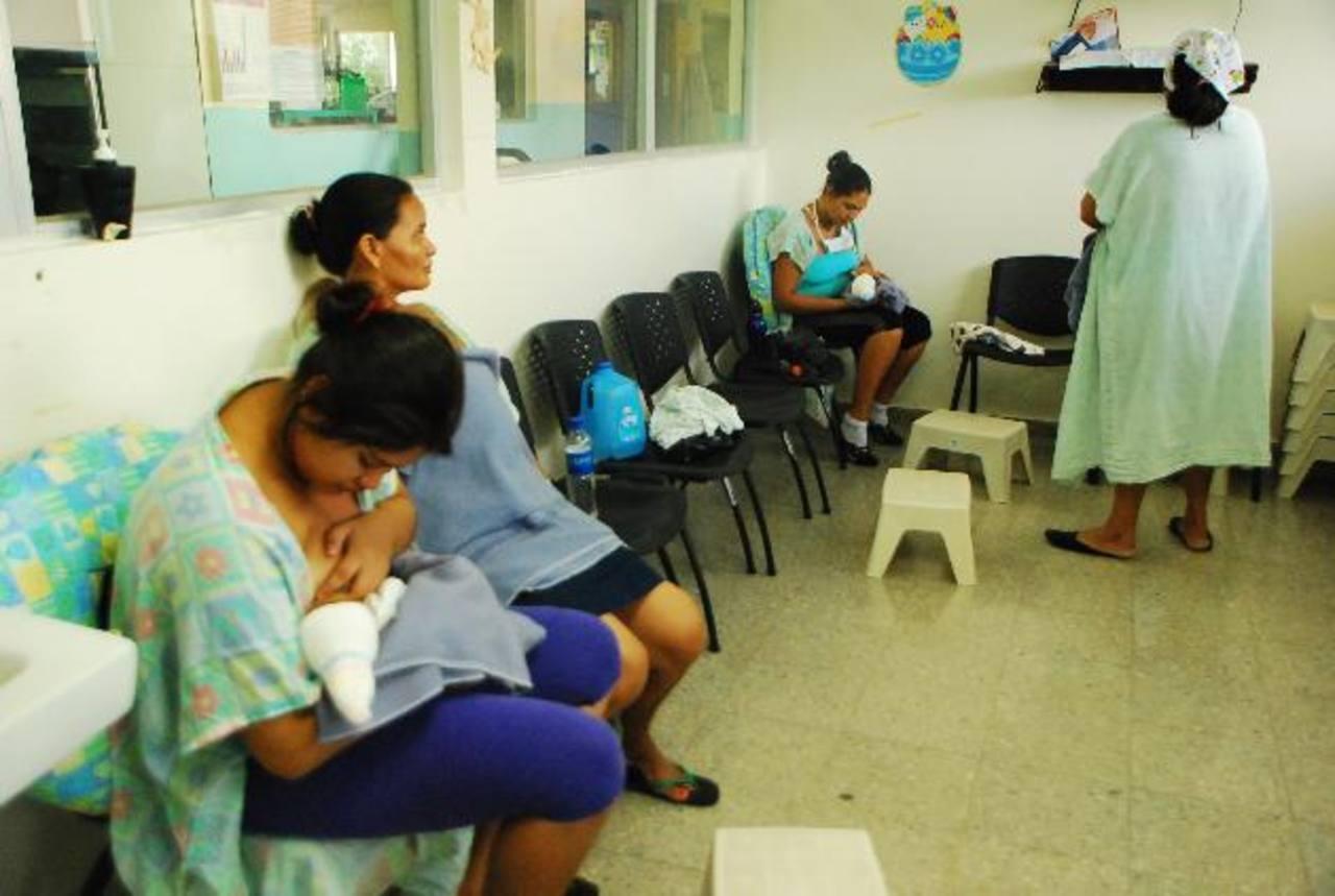 Madres voluntarias en fila de espera para donar leche en el hospital San Juan de Dios de San Miguel, la cual servirá para niños de bajo peso. foto edh / JENNY VENTURA