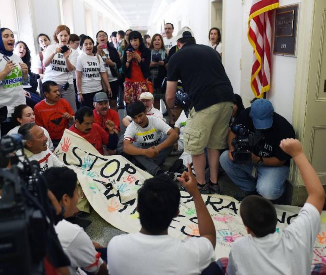 Unos jóvenes protestaron contra las deportaciones afuera de la oficina del republicano John Boehner en el Congreso. EFE