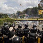 Miembros de la Guardia Nacional Bolivariana se enfrentan a manifestantes el pasado 12 de mayo de 2014, en el sector Las Mercedes de Caracas. foto edh / efe