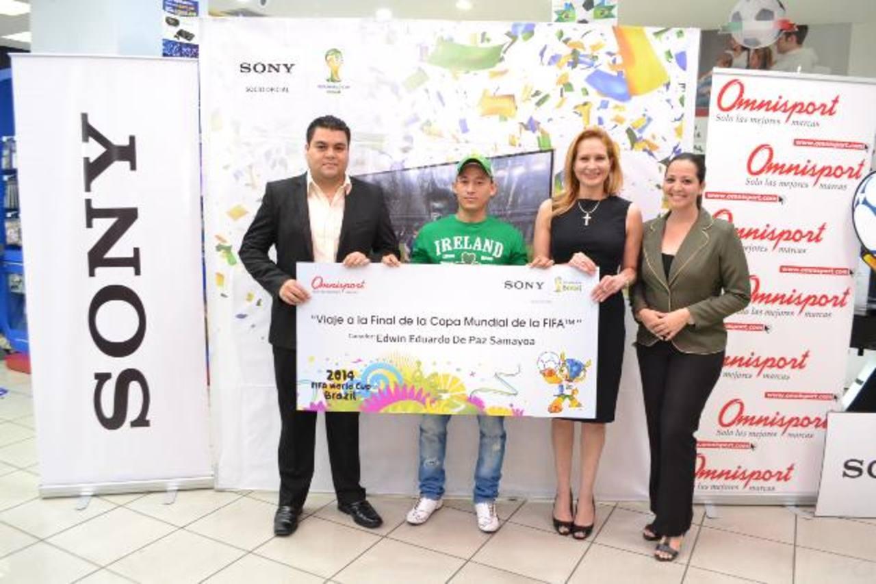 El afortunado cliente al momento de recibir su premio. Foto EDH/ mario Díaz