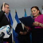 El expresidente jura como diputado del Parlacen ante la presidenta de la entidad Paula Rodríguez.