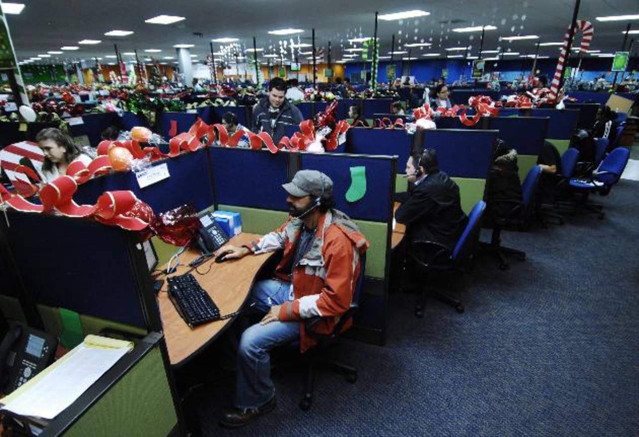 """Los """"call center"""" pagan mejor a aquellas personas que dominan el idioma inglés u otros idiomas. Foto EDH / Archivo"""