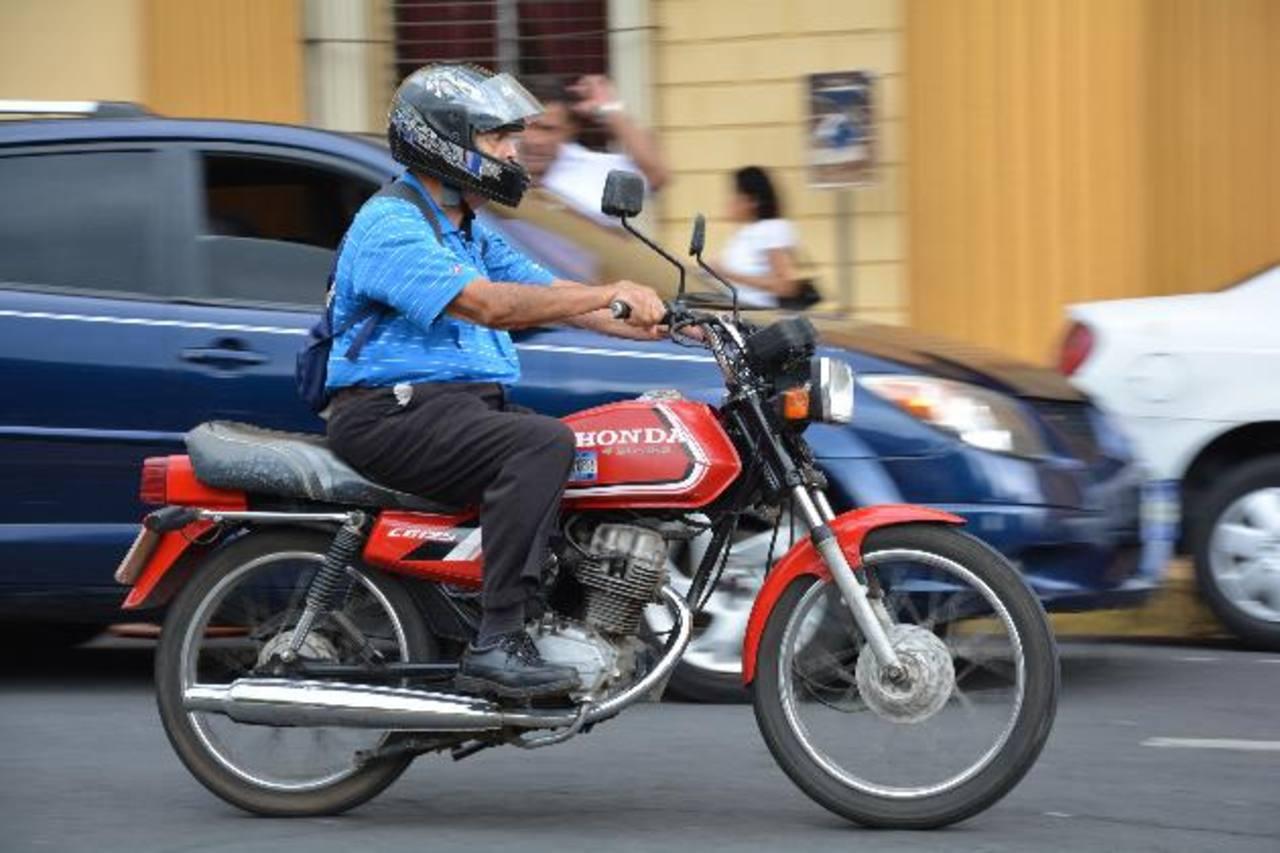 El VMT comenzará a regalar el próximo mes chalecos reflectivos para los motociclistas. foto edh / CRISTIAN DÍAZ