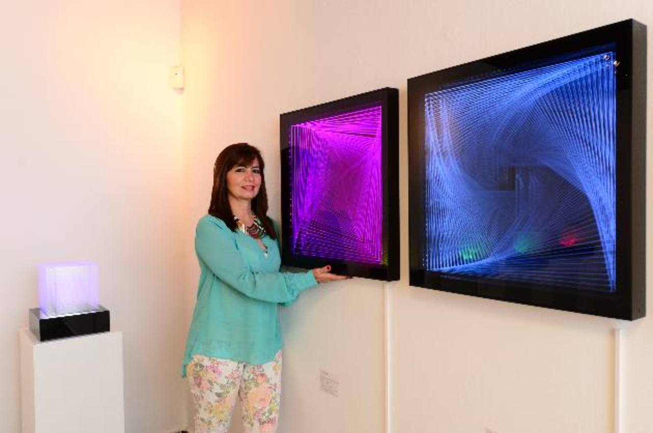La artista Gisseline Amiuny trabaja con las líneas y la luz. Para ella las obras son infinitas y dialogan con el público de manera lúdica. Las piezas además juegan con el espacio y el movimiento. Fotos EDH / Omar Carbonero